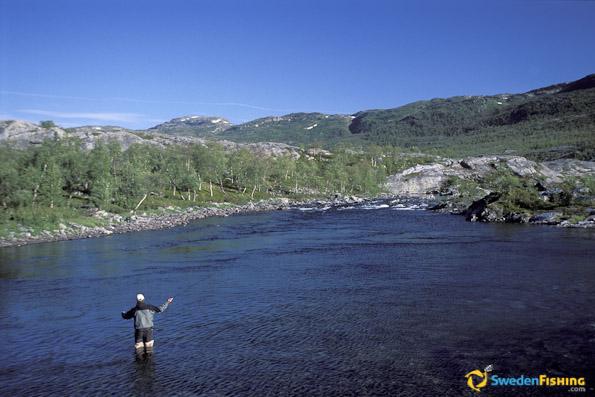 las vastas extensiones en el norte de suecia pueden ofrecer rpidos cambios en el tiempo y el viento y los das bonitos con cielo celeste son bastante